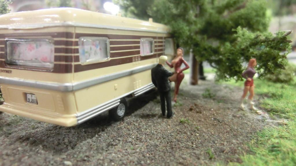 Leichte Damen am Wohnmobil im Miniatur Wunderland