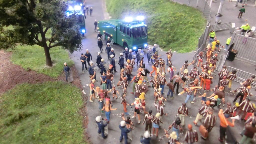 Polizei trifft Hooligans im Miniatur Wunderland