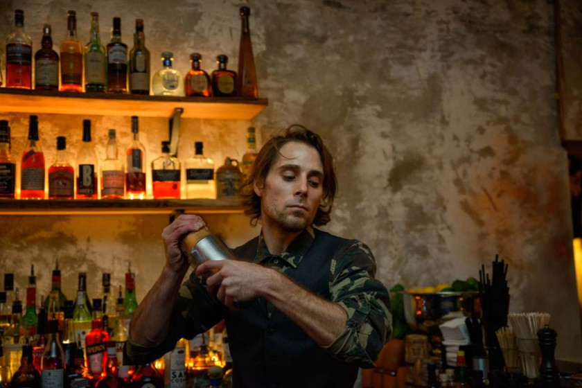 Barkeeper in der Brooklyn Burger Bar in Hamburg