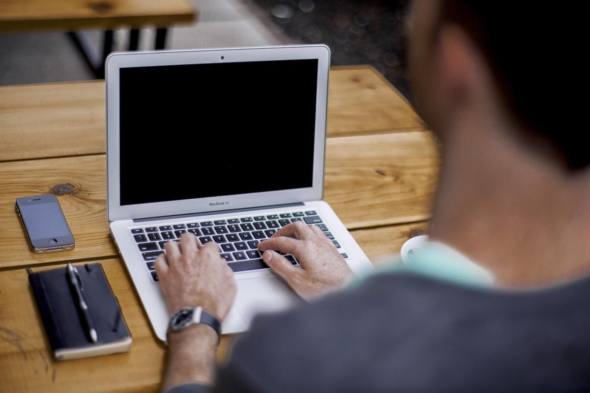 Digital Detox - Laptop, Tablet und Smartphone liegen auf dem Tisch