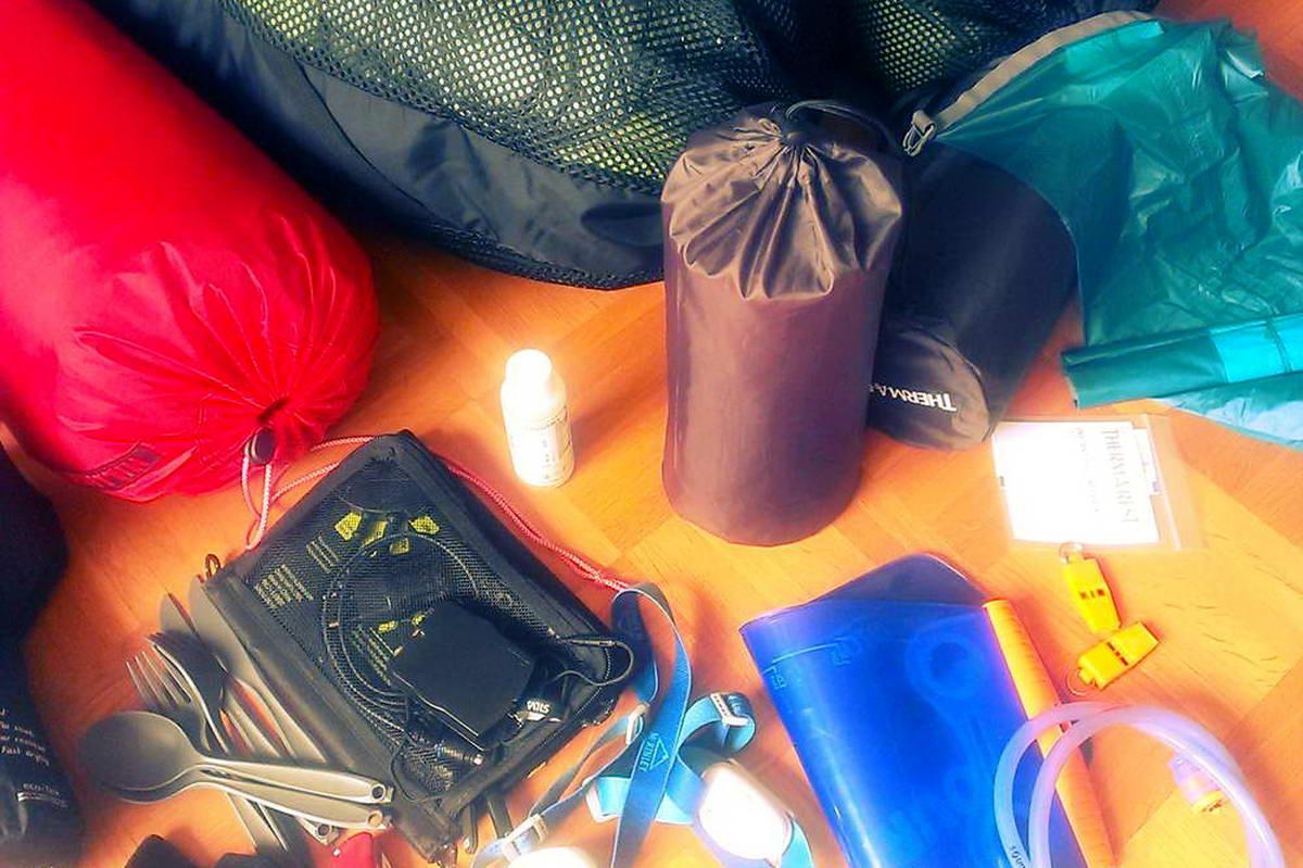 Packen Rucksack - Ausrüstung fürs Wandern mit Zelt
