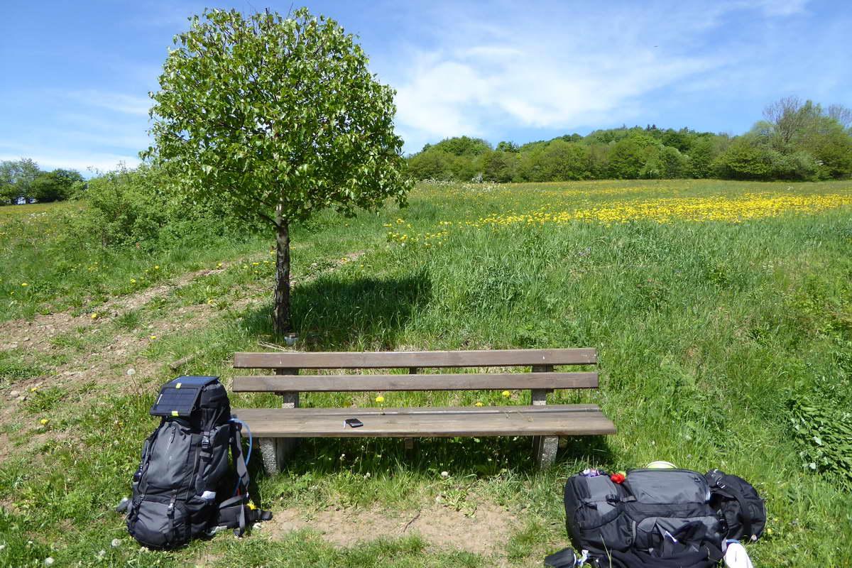 Pause beim Wandern mit Zelt in der Rhön