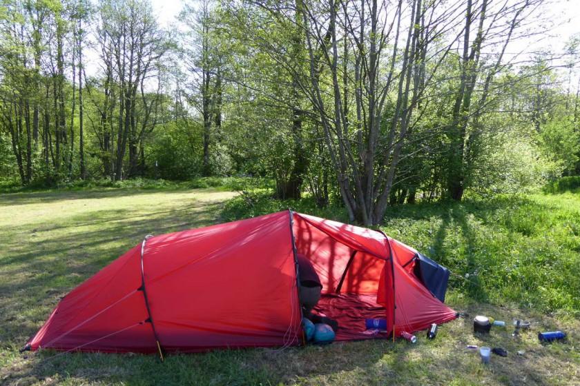 Zeltaufbau beim Wandern mit Zelt in der Rhön